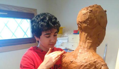 Pol esculpeix amb fang sobre una carcassa de taulons i malla de filferro.