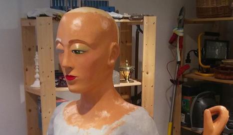 En Pol pinta el bust de la geganta.