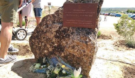 Familiars dels agents rurals assassinats, ahir, descobrint la plaça instal·lada a Aspa.