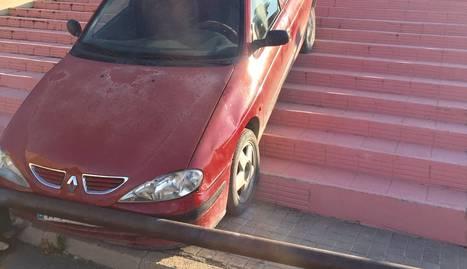 El vehicle, accidentat a les escales.