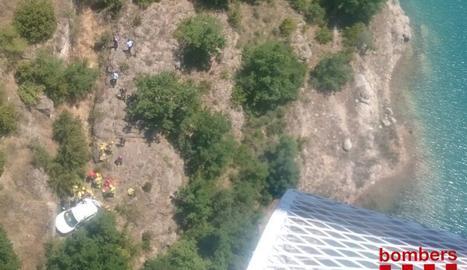 Els serveis d'emergència treballen en el rescat dels ocupants del turisme.