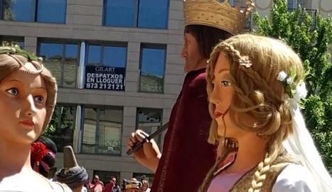 La gegantona Clàudia, ja acabada, balla a la plaça Sant Joan.