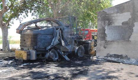 Estat en què ha quedat la màquina recol·lectora incendiada.