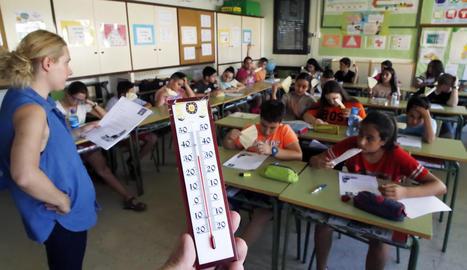 Alumnes d'educació infantil del col·legi Frederic Godàs, ahir en banyador a causa de l'onada de calor.