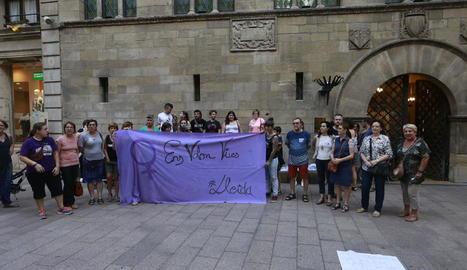 La Marea Lila va fer una concentració dilluns a la plaça de la Paeria per reclamar més recursos.