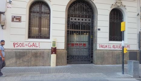 Les pintades que han aparegut aquest dijous a la seu del PSC de Lleida.