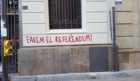 Una de les pintades que han aparegut a la seu del PSC de Lleida.