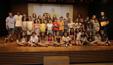 Foto final de grup amb la majoria de premiats al concurs, ahir a l'Espai Orfeó de Lleida.