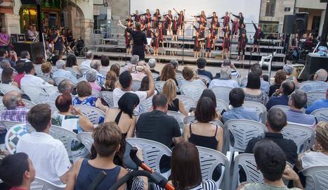 Un moment del concert de la Coral del col·legi Sant Josep de Tàrrega, que va tenir lloc ahir a la plaça Major de la capital de l'Urgell.