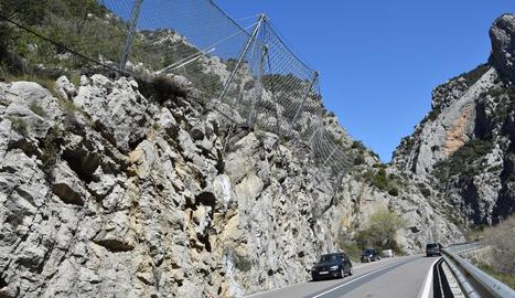 Xarxes per contenir despreniments ■ A l'espera del nou túnel adjudicat ahir, la Generalitat va instal·lar mesos enrere xarxes al pendent al costat del tram de la carretera C-14 afectat per despreniments entre Organyà i Montant de Tost.