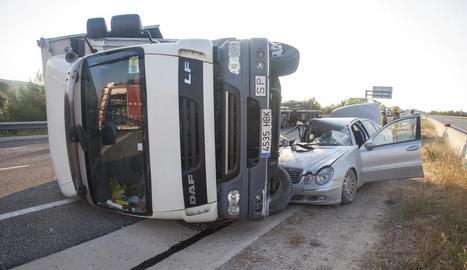 Vista del camió i el cotxe implicats ahir en la col·lisió.