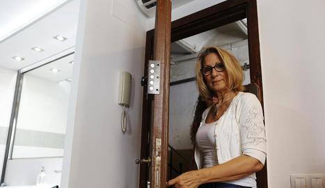 La propietària, Montse Pérez, al seu pis de la Barceloneta.