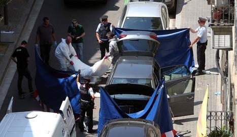 Els mossos retiren el cadàver del