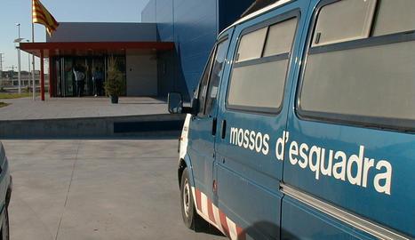 Un vehicle en una comissaria dels Mossos d'Esquadra a Lleida.