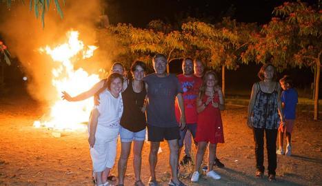 Famílies ahir celebrant la nit de Sant Joan a la foguera del Turó de la Seu Vella.