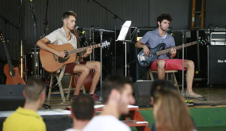 Dos dels integrants del jove grup dels Torms Guiunidó, en el primer concert de la festa.