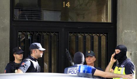 La Policia Nacional a les portes de la casa de l'arrestat a Madrid.