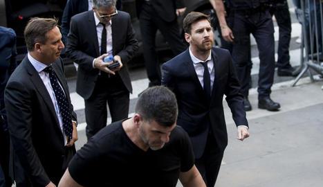 Leo Messi i el seu pare Jorge, darrere, a l'arribada a l'Audiència de Barcelona el juny del 2016.