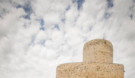 en femení. Llúcia de la Marca, d'origen occità i dona d'Artau, surt representada en un lloc destacat a Sant Pere del Burgal (esquerra).
