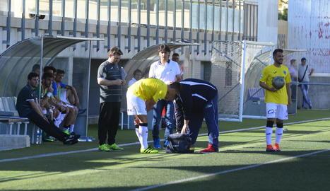 Noel Carbonell és atès al lesionar-se durant el partit de Lliga davant de l'Eldenc.