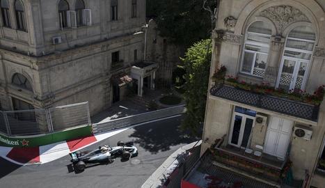Lewis Hamilton encara un dels trams del Gran Premi de l'Azerbaidjan, que es disputa al circuit urbà de Bakú.