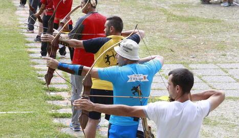 L'arc tradicional no té elements tecnològics, a diferència de la modalitat olímpica.