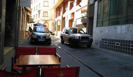 Imatge que demostra que hi ha vehicles que estacionen en un carrer per a vianants.