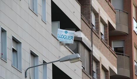 Imatge d'arxiu d'un cartell d'un pis de lloguer a Lleida.