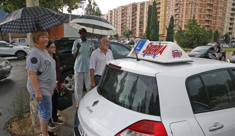 Aspirants i professors d'autoescola esperaven ahir al matí davant de la seu de la DGT a Lleida per intentar examinar-se.