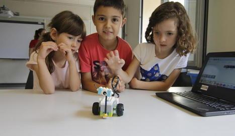 Tres dels participants en el campus de programació, ahir al Parc Científic de Gardeny.