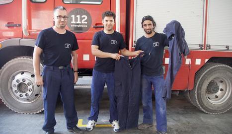 Els bombers mostren pantalons que tenen trencats i els que s'han hagut de comprar.
