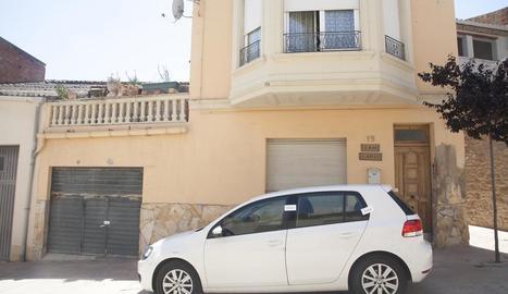 Els Mossos van precintar la casa i el cotxe del mort.