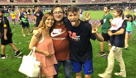 Marc, amb la seua mare Gemma i la parella daquesta, Miguel.