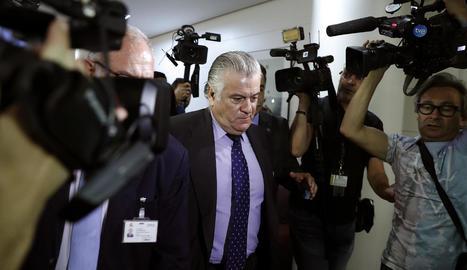 L'extresorer del PP, Luis Bárcenas, a la sortida de la compareixença davant de la comissió del Congrés.