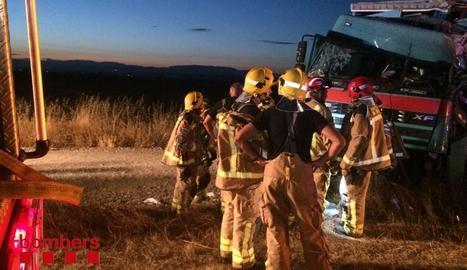 Un camioner va resultar ferit de gravetat dilluns en aquest accident a l'autovia a Vilagrassa.
