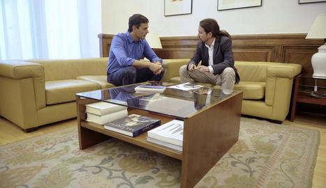 El secretari general del PSOE, Pedro Sánchez, amb el líder de Podem, Pablo Iglesias, al Congrés.