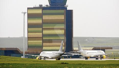 Dos avions de Vueling a la pista de l'aeroport de Lleida-Alguaire.