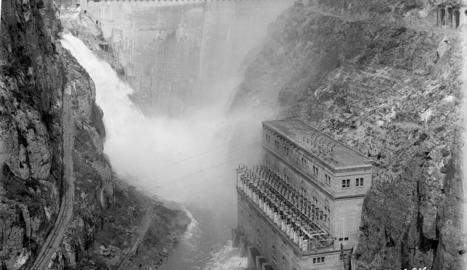 Vista general de la presa una vegada construïda. Els treballs van començar el 1919 i van durar tres anys