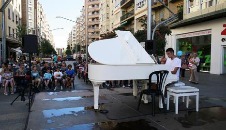 La plaça Ricard Viñes de Lleida, un auditori ahir a l'aire lliure amb un piano a disposició del públic.