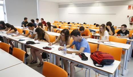 Sobre aquesta línia, cursos de llengües a la Universitat d'Estiu de la UdL i, a la dreta, final de curs a la Seu Vella del Consorci per a la Normalització Lingüística de Lleida.