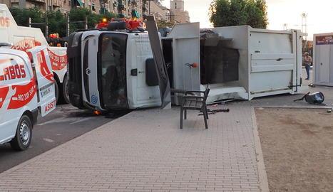 Bolca un camió de les escombraries i el conductor resulta ferit