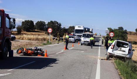 Els serveis d'emergències treballen al lloc de l'accident, a l'L-310, a Torrefeta i Florejacs.