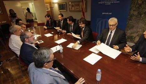 La reunió de la taula estratègica de l'Aeroport de Lleida-Alguaire, on es van firmar els convenis.