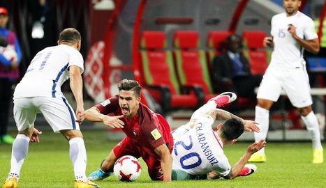 El portuguès André Silva cau a terra després d'una entrada del xilè Charles Aránguiz.