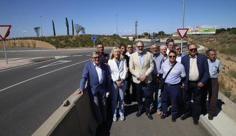 Ros, Manso, Larrosa i representants veïnals, ahir al carril bici que incorpora el tram de l'N-II.