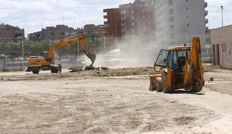 Dos excavadores treballant ahir al terreny on hi ha previst un bosc urbà a Balàfia.