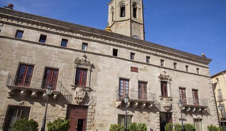 La façana principal de la Paeria de la capital de la Segarra, d'estil barroc.
