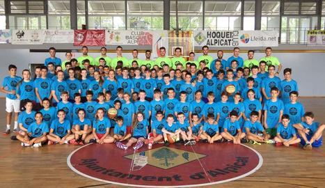 Els participants al Campus de Bàsquet d'Alpicat que ha comptat aquest any amb vint-i-un nois i noies d'Irlanda.