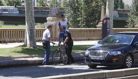 Un agent amb la bicicleta del ferit.