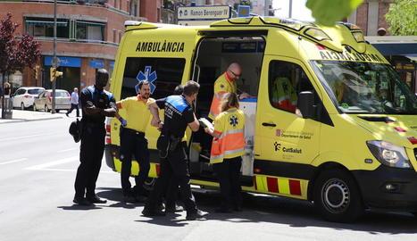 Els equips d'emergències, ahir, durant l'incendi declarat a Príncep de Viana.